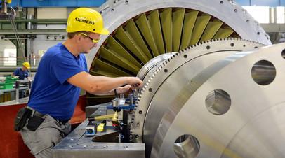 Работник Siemens  на стадии окончательной сборки турбины, Берлин