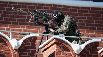 Снайпер на Кремлёвской стене во время парада Победы 9 мая 2017 года