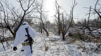 Украинский военный у населённого пункта Авдеевка в Донбассе
