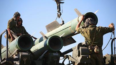 Расчёт самоходной огневой установки приводит в готовность ЗРК «Бук-М1-2»