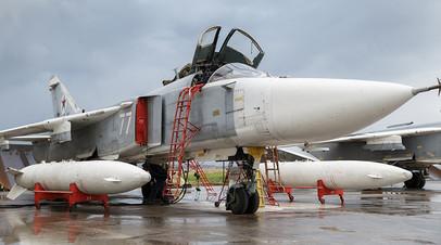 Подготовка бомбардировщика Су-24 ВКС России на авиабазе Хмеймим в Сирии