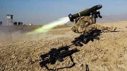 Противотанковый ракетный комплекс Javelin в руках американского солдата