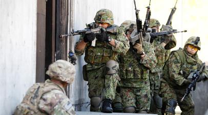 Японские военнослужащие во время учений