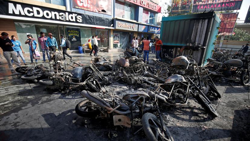 В Индии сотни протестующих устроили погромы из-за нового болливудского фильма