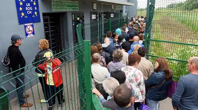Украинцы в очереди на КПП Шегини — Медыка на границе с Польшей