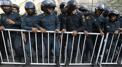 Полицейские Ирана во время митинга