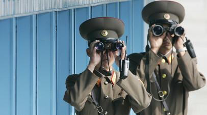 Северокорейские солдаты в демилитаризованной зоне, разделяющей две Кореи