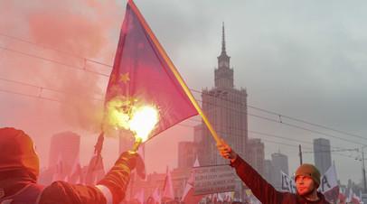 Националисты сжигают флаг ЕС во время празднования Дня независимости Польши. 11 ноября 2016 г. Варшава