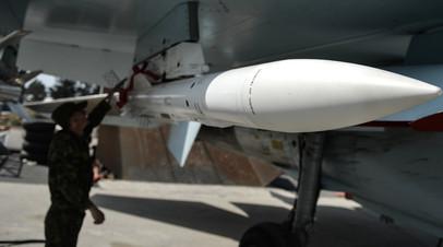 Техник готовит истребитель Су-35С к вылету с авиабазы Хмеймим
