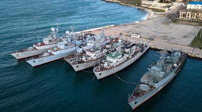Военные корабли, которые ранее входили в состав Военно-морских сил Украины, в бухте Севастополя