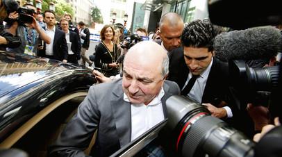 Борис Березовский садится в машину в окружении охраны