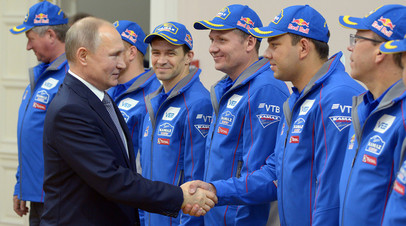 Владимир Путин во время встречи с командой «КАМАЗ-мастер»