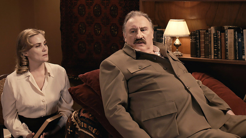 Тоталитаризм с французским флёром: стоит ли смотреть фильм Фанни Ардан «Диван Сталина»