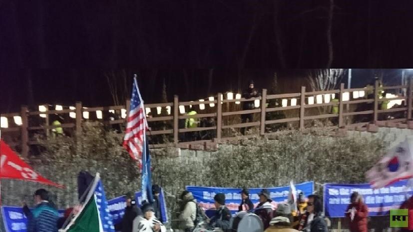 Жители Южной Кореи устроили акцию протеста против прибытия делегации КНДР