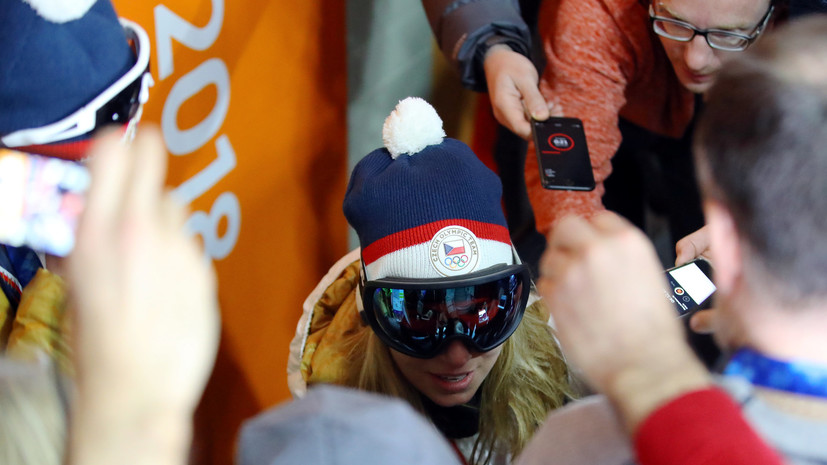 Олимпийская чемпионка по супергиганту Ледецка пришла на пресс-конференцию в лыжной маске