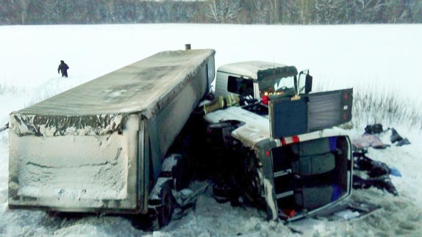 Не менее трёх человек погибли в Башкирии при столкновении микроавтобуса с фурой