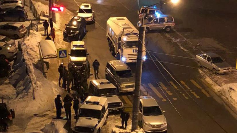 Полицейские проводят спецоперацию по задержанию стрелка в Казани