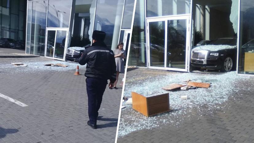 В Алма-Ате мужчина протаранил витрину автосалона на новом Rolls-Royce