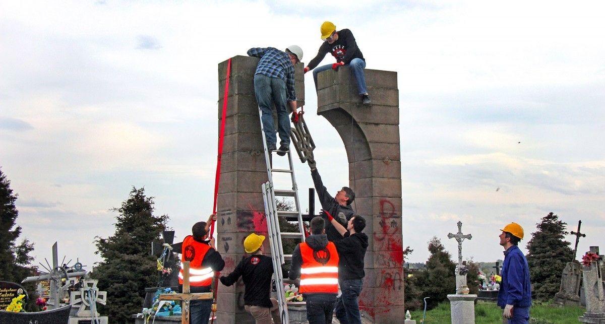 Киев потребовал восстановить разрушенные вандалами украинские монументы вПольше