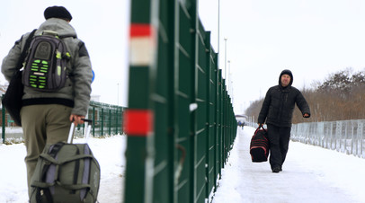 Люди на пункте пропуска на российско-украинской границе в Белгородской области