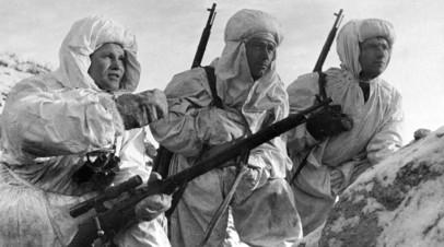 Снайпер, Герой Советского Союза Василий Зайцев (слева) объясняет новичкам задачу. Сталинград, 1942 год