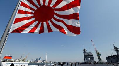 Военно-морской флаг Японии на вертолётоносце Kaga