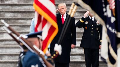 Президент США Дональд Трамп приветствует войска