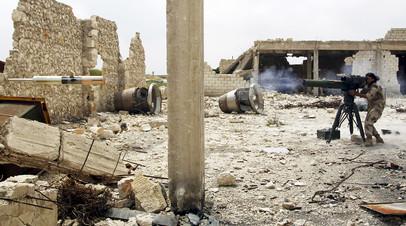 Боевик во время обстрела в Алеппо