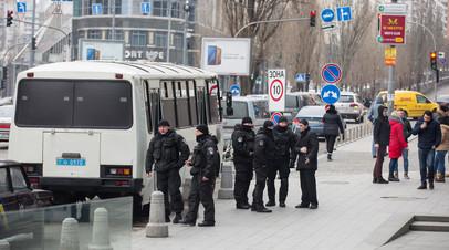 Сотрудники полиции у здания редакции газеты «Вести» в Киеве