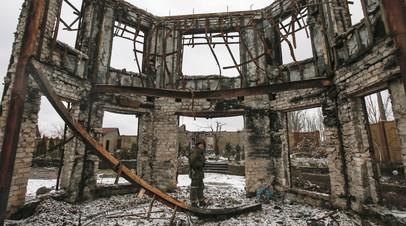 Ополченцы ДНР возле здания, разрушенного во время боев. Донецкая область, Украина