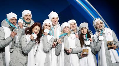 Российские фигуристы во время церемонии награждения
