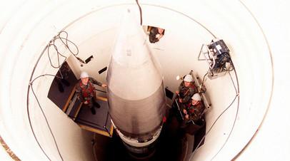 Американские рабочие с баллистической ракетой Minuteman III