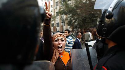 Участница антиправительственного протеста в Каире, январь 2011 год