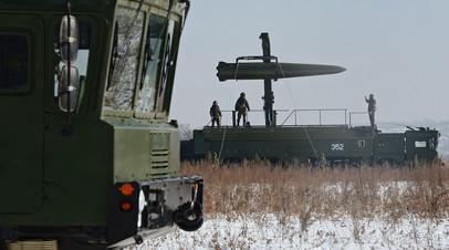 Военнослужащие ВС РФ контролируют загрузку ракеты на самоходную пусковую установку оперативно-тактического ракетного комплекса «Искандер-М»