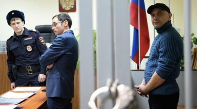 Андрей Захтей (справа), обвиняемый в зале суда Москвы