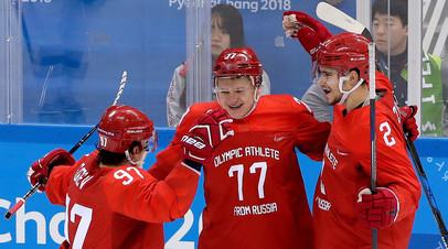Кирилл Капризов (в центре) с товарищами по команде Никитой Гусевым и Артемом Зубом