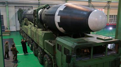 Ким Чен Ын рассматривает межконтинентальную баллистическую ракету Hwasong-15