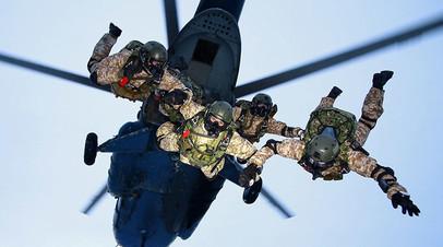 Бойцы Сил специальных операций осуществляют высадку с вертолёта