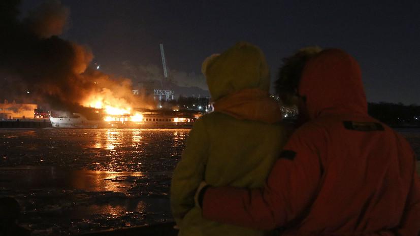 Площадь пожара на судне в Москве увеличилась до 1 тысячи квадратных метров