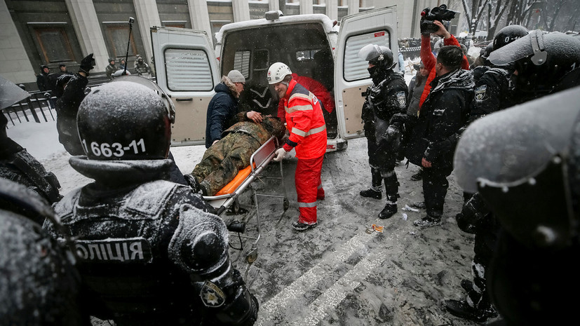 Число пострадавших в столкновениях с полицией митингующих у Рады возросло до 13 человек