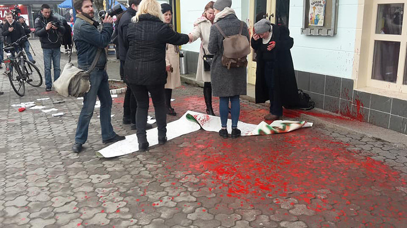 В Ужгороде неизвестные облили краской участников акции по защите прав женщин