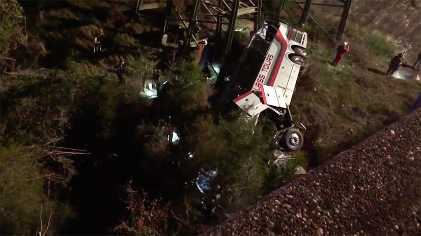 СМИ: В США перевозивший школьников автобус упал в овраг