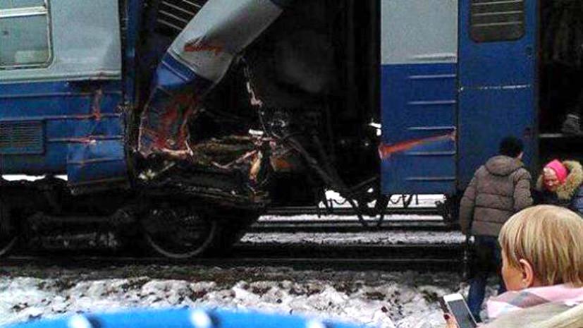 Источник: экскаватор упал на электричку в Москве
