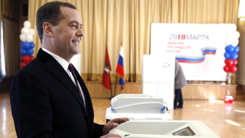 Медведев поздравил Путина с победой на выборах президента