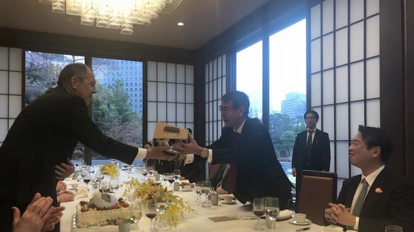 Глава МИД Японии вручил Лаврову торт по случаю дня рождения