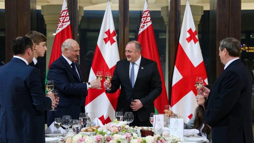 Лукашенко подарил президенту Грузии трактор и попробовал коньяк 125-летней выдержки