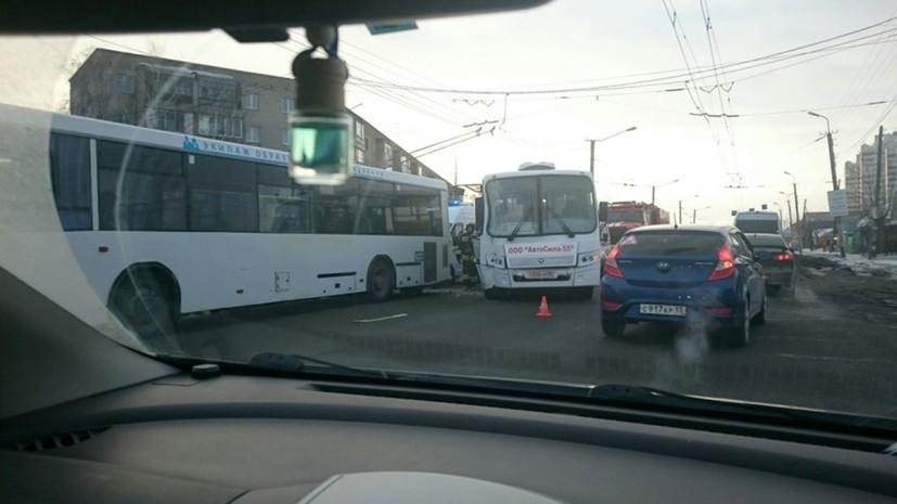 В Омске семь человек пострадали при ДТП с двумя автобусами