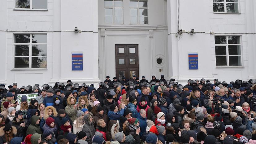 ОМОН обеспечивает порядок на митинге в Кемерове