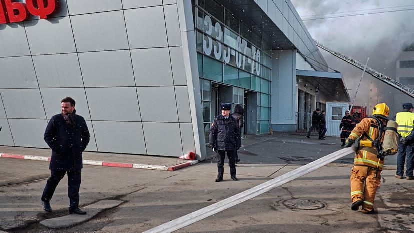 В МЧС сообщили о ликвидации пожара в автосалоне Петербурга
