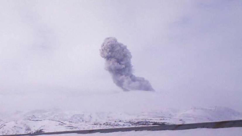 Вулкан Эбеко на Курилах выбросил почти трёхкилометровый столб пепла